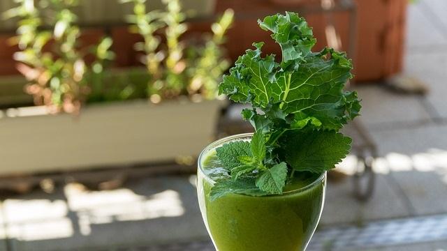 préparation d'un smoothie vert